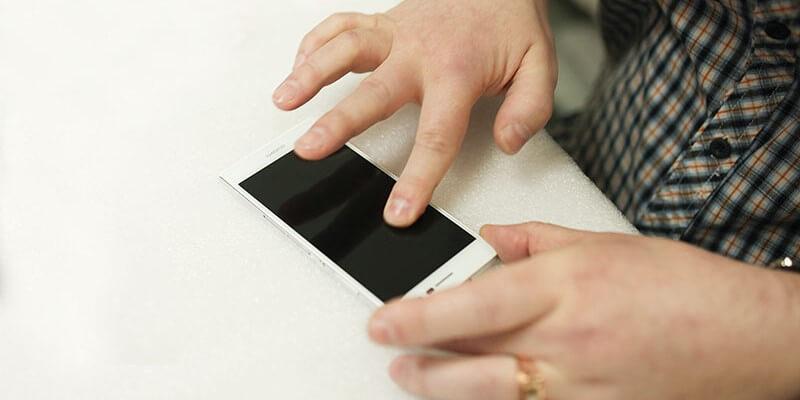Як наклеїти захисне скло на смартфон